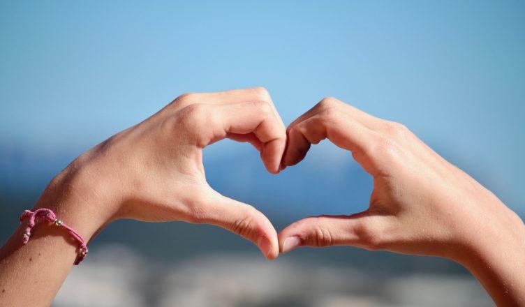 Hænder der laver et hjerte
